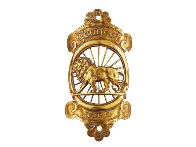 Los leones Peugeot – 1905, primer logotipo del león Peugeot sobre una flecha que lucían los vehículos en la calandra