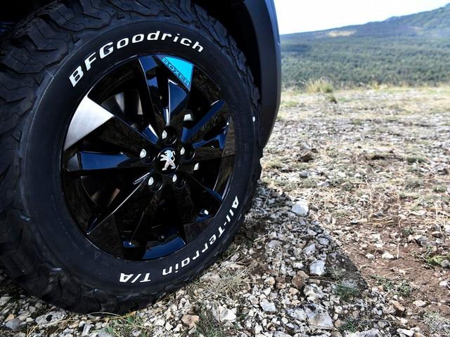 PEUGEOT BOXER 4x4 CONCEPT : Cuatro neumáticos de altas prestaciones refuerzan la eficacia de la tracción en las cuatro ruedas.
