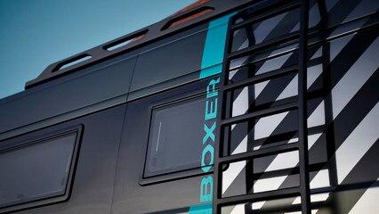 PEUGEOT BOXER 4x4 CONCEPT: La escalera lateral a medida se adapta al paso de rueda y garantiza un fácil acceso a la galería de techo al tiempo que permite el acceso a los equipamientos laterales.