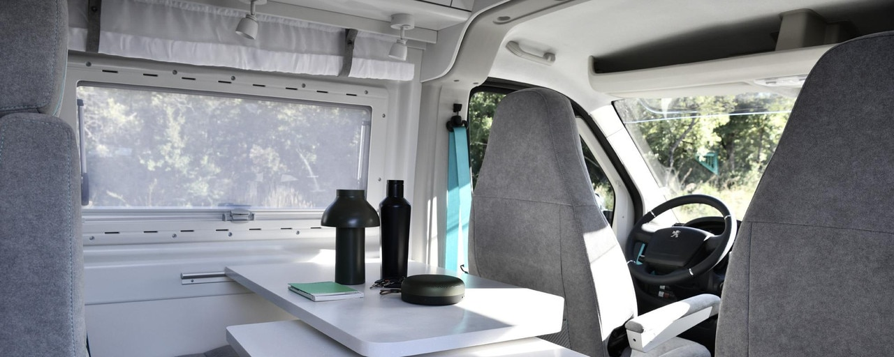 PEUGEOT BOXER 4x4 CONCEPT: El fregadero, la superficie de trabajo y la mesa son de KERROCK y la startup SASMINIMUM ha diseñado el revestimiento del suelo 100 % reciclado y 100 % reciclable.