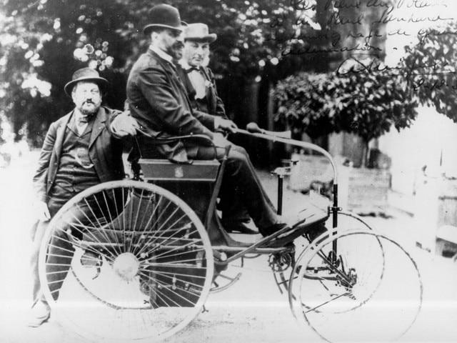 La aventura familiar – Dos hombres probando el Type 3 en 1891