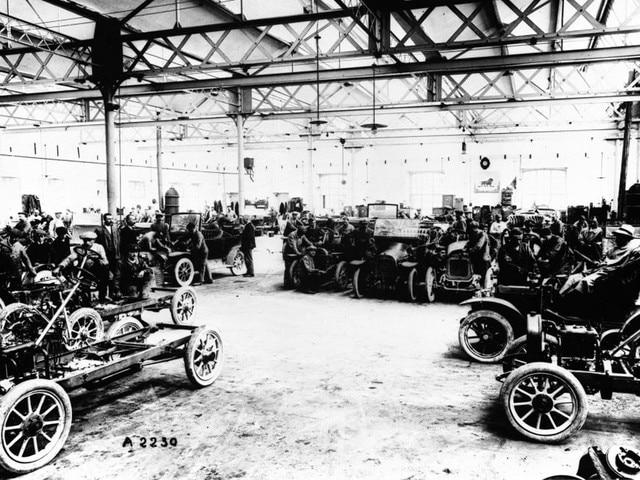 La aventura familiar – 1905, los automóviles Lion-Peugeot en el taller