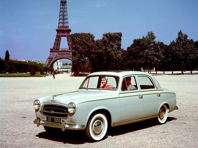 Dos siglos de innovación – Una pareja en París, dentro de un 403, presentado en 1955